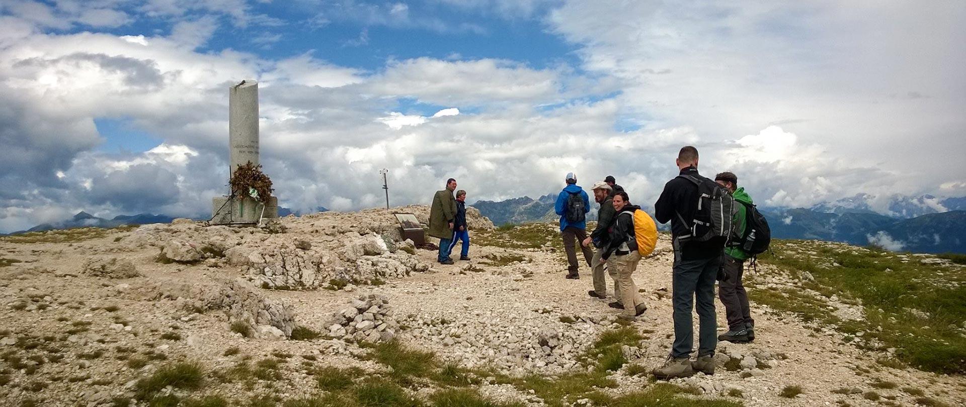 Escursionisti attorno alla Colonna Mozza sul Monte Ortigara